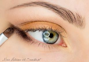 Zewnętrzny kącik oka na dolnej powiece podkreśl mocniej przy użyciu ciemnego brązu.
