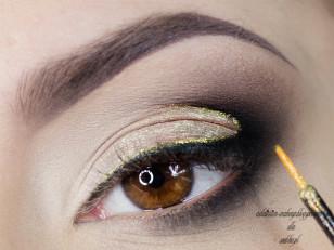 """Na górną część naszej czarniej kreski nanoszę brokatowy eyeliner i ciągnę  go przez cały """"łuk"""" (Golden Rose Extreme Sparkle nr 9 )"""