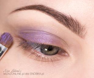 Na zewnętrzny kącik górnej powieki nałóż fioletowy cień w kremie.