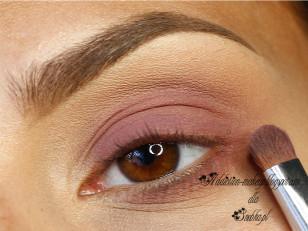 Całą powiekę górną podkreślam różowo-bordowym, matowym cieniem. Nie zapominam też od dolnej powiece (Miyo OMG Eyeshadow nr 12)