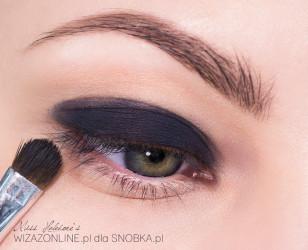 Czarnym, kremowym, trwałym cieniem pomaluj górną powiekę do załamania.