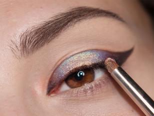 Środek powieki wypełniam wrzosowo-różowym pigmentem opalizującym na złoto