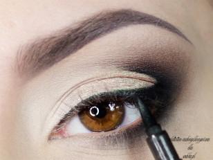 Linię rzęs zaznaczam czarnym eyelinerem (Eyeliner Stylo Oriflame)