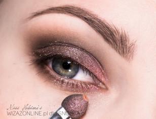 Na górną powiekę nałóż brązowy, połyskujący pigment, następnie w wewnętrznym odcinku dodaj nieco łososiowego koloru.