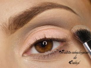 Obszar ponad załamaniem powieki podkreślam szarym matowym cieniem (Makeup Geek Stealth)