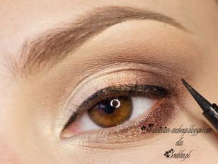 Linię rzęs przycienmniam czarnym eyelinerem (Oriflame The One Black)