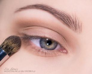 Podkreśl brwi. Załamanie powieki przyciemnij średnim, ciepłym  brązem i muśnij nim także dolną powiekę.