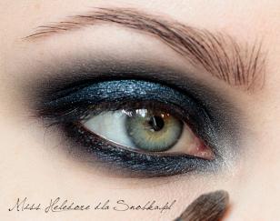 Rozświetlam wewnętrzny kącik oka przy użyciu cielistego, perłowego cienia.