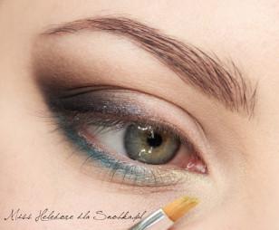 Wewnętrzny kącik oka rozświetlam metalicznym, żółtym kolorem.