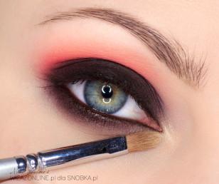 Wewnętrzny kącik oka rozświetl cieniem w kolorze delikatnie połyskującego złota.