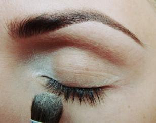 w wewnętrznym kąciku oka nałóż biały perłowy cień