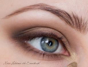 Wewnętrzny kącik oka akcentuję metalicznym cieniem w kolorze starego złota.