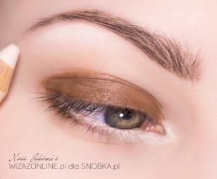Wewnętrzny kącik oka oraz obszar pod brwią pomaluj cielistą kredką.