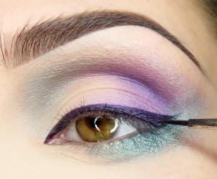 Ciemniejszy fiolet użyty do przyciemnienia załamania mieszam ze specjalnym płynem i otrzymuję eyeliner, który aplikuję wzdłuż linii rzęs