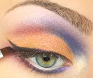Przy górnej linii rzęs namaluj wywiniętą kreskę czarnym eyelinerem.