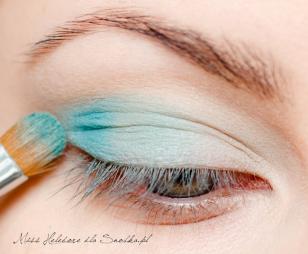 Zewnętrzny kącik oka akcentuję troszkę ciemniejszym, morskim kolorem.