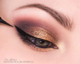 """Wzdłuż górnej linii rzęs namaluj czarną """"jaskółkę"""" przy użyciu eyeliner'a."""