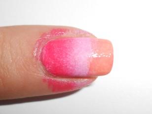 Przed zdobieniem każdego paznokcia musisz na nowo nanieść kolory na gąbkę. Nie musisz zmieniać gąbki, możesz kłaść kolory na wcześniej już pomalowaną gąbkę