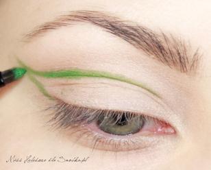"""Przy użyciu pędzelka do eyelinera, jasnozielonym cieniem maluję kontur """"liścia"""" na górnej powiece."""