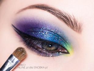 Na tak wykonany makijaż nałóż delikatnie nieco brokatu - będzie się lepiej trzymał, jesli użyjesz płynu typu Inglot Duraline.