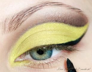 Wzdłuż linii rzęs prowadzę linię, którą pogrubiam przy zewnętrznym kąciku oka i wyciągam ją wzdłuż wcześniej namalowanej żółtej kreski.