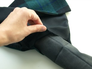 Włóż pikowany materiał do środka i zaszyj otwór
