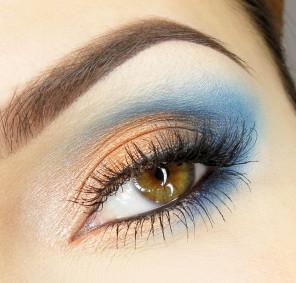 Na linię wodną nanoszę czarny eyeliner w żelu oraz tuszuję górne i dolne rzęsy. Jeśli Twoje rzęsy 'niedomagają' doklej sztuczne