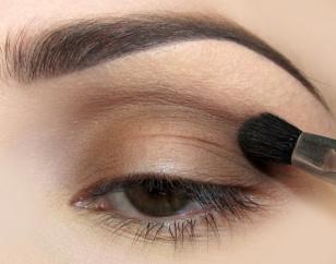 Zewnętrzny kącik pokrywam tym samym cieniem, łącząc w załamaniu z wewnętrznym kącikiem oka.