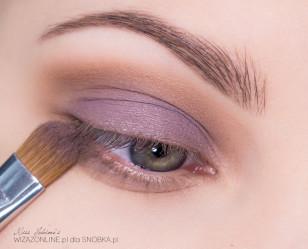 Na cień w kremie nałóż szaro-fioletowy cień prasowany.