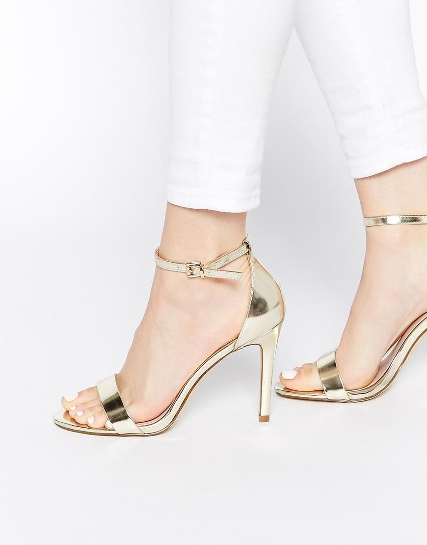 Złote buty najlepiej łączą się z ubraniami w mocnych kolorach: bieli, czerni, czerwieni i szlachetnych odcieniach kobaltu i szmaragdu. Szukaj metalicznych sandałków m.in. w Asosie