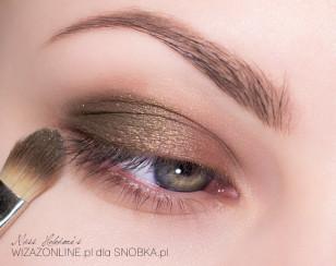 Zewnętrzny kącik oka, w miejscu, gdzie nałożony jest cień w kremie, wklep oliwkowo-zielony cień.