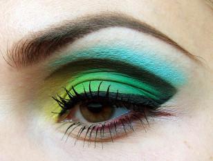 Narysuj eyelinerem kreskę na górnej powiece i wytuszuj rzęsy.