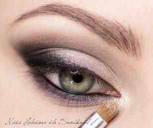 Wewnętrzny kącik oka rozświetl białą perłą.
