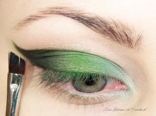 Zewnętrzny kontur makijażu wzmacniam czarnym, matowym cieniem. Czerń rozcieram delikatnie w kierunku wewnętrznego kącika.