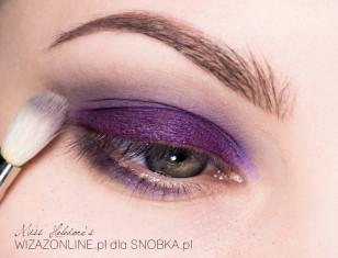 Miękką szarością rozetrzyj granice fioletu w załamaniu powieki.