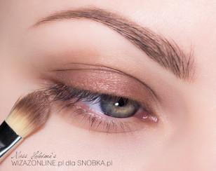 Na powiekę górną i dolną nałóż cieniutką warstwą trwały, brązowy cień w kremie.