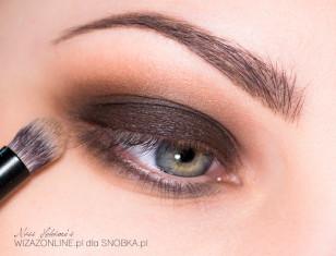 Granice ciemnego brązu rozetrzyj jaśniejszym odcieniem, aby kolory płynnie przechodziły w barwę skóry.