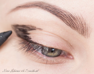 W zewnętrznym kąciku oka naszkicuj czarną kredką zarys makijażu - to będzie najciemniejszy punkt na oku.