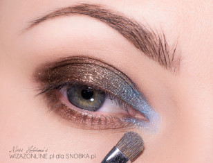 Im bliżej wewnętrznego kącika oka, tym jaśniejsze odcienie niebieskości nakładaj.