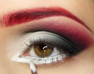 Na linię wodna i dolną powiekę nakładam biały eyeliner w żelu – zwracam uwagę na to, aby nałożyć go również między rzęsami
