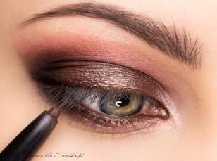 Linię wodną w oku pomaluj brązową kredką.