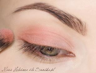Wewnętrzny kącik oka akcentuję łososiowym cieniem i rozcieram go w kierunku reszty powieki.