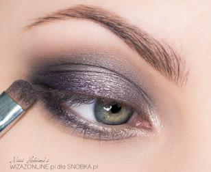 W zewnętrznym kąciku górnej powieki, wzdłuż linii rzęs, nałóż nieco metalicznego fioletu.