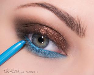 Linię wodną w oku pomaluj turkusową kredką.