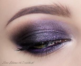 Wytuszuj rzęsy. Doklejanie sztucznych można spokojnie odpuścić przy tak ciemnym makijażu. Linię wodną pomaluj fioletową kredką.