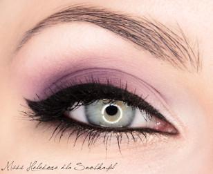 Ostatnie poprawki rozświetlające łuk brwiowy i wewnętrzny kącik oka – makijaż jest gotowy!