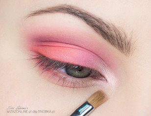 Wewnętrzny kącik oka rozświetl połyskującym, bladym różem.