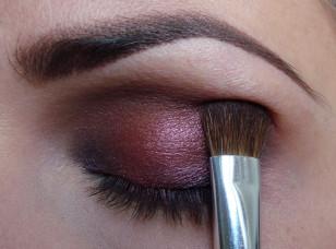 W załamaniu powieki nałóż brązowy cień w zimnej tonacji i rozetrzyj granicę między cieniami.