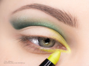 Wewnętrzny kącik oka pomaluj wodoodpornym cieniem w kredce w kolorze limonki.