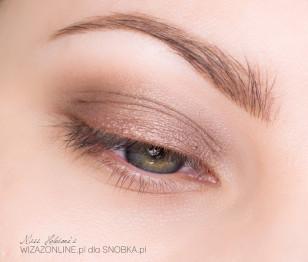 Na środek górnej powieki nałóż cienką warstwę cienia w kremie w złotym odcieniu.